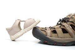 Het sandelhout dat van de baby op volwassen geïsoleerdec schoen stapt, stock fotografie