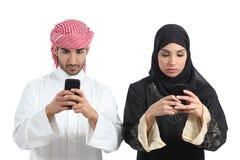 Het Saoedi-arabische paar wijdde zich aan de slimme telefoon Royalty-vrije Stock Fotografie