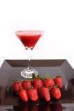 Het sap van de aardbei met aardbeien Royalty-vrije Stock Afbeeldingen