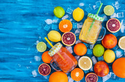 Het sap van de citrusvruchtenvitamine met verse rond vruchten Stock Foto