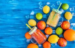 Het sap van de citrusvruchtenvitamine met verse rond vruchten Royalty-vrije Stock Foto's
