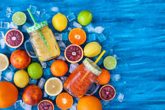Het sap van de citrusvruchtenvitamine met verse rond vruchten Royalty-vrije Stock Fotografie