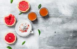 Het sap van de grapefruit en een juicer stock foto