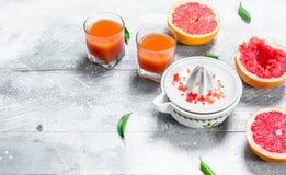 Het sap van de grapefruit en een juicer royalty-vrije stock afbeeldingen