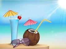 Het sap van het de zomerstrand, glazen met jonge kokosnoot Stock Afbeeldingen