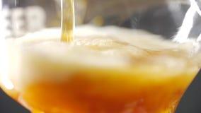 Het sap wordt gegoten in een glas stock videobeelden