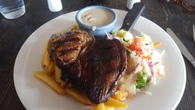 Het sappige lapje vlees diende gisteren bij het Coolangatta-Hotel, in Marine Parade, Coolangatta stock afbeelding