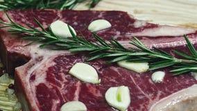 Het sappige lapje vlees is gebraden op een barbecue met groenten en peper, evenals basilicum Verse broodjes en een salade met gro stock videobeelden