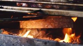 Het sappige lapje vlees is gebraden op een barbecue met groenten en peper, evenals basilicum Verse broodjes en een salade met gro stock video