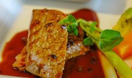 Het sappige lapje vlees van de rundvleespeper met rode bessensaus royalty-vrije stock foto's