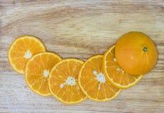 Het sappige oranje fruit werd afgesneden, zag de fruitpulp op een houten lijst stock foto's