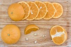 Het sappige oranje fruit werd afgesneden, zag de fruitpulp op een houten lijst royalty-vrije stock fotografie