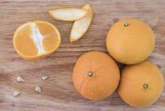 Het sappige oranje fruit werd afgesneden, zag de fruitpulp op een houten lijst royalty-vrije stock afbeeldingen