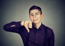 Het sarcastische mens tonen beduimelt onderaan gelukkig iemand gemaakte fout Royalty-vrije Stock Foto's