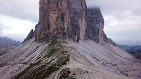Het satellietbeeld van belang kent goed Drei Zinnen of Tre Cime Di Lavaredo-bergpieken op een mistige dag stock videobeelden