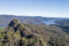 Het satellietbeeld van de pagina'stop met Hinze-Dam op de achtergrond stock fotografie