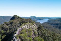 Het satellietbeeld van de pagina'stop met Hinze-Dam op de achtergrond stock foto's