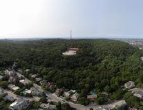 Het satellietbeeld van de de stadshommel van Montreal in de zomerpark zet Koninklijk op stock afbeelding