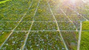 Het satellietbeeld van detailazed begraafplaats op een mooie zonnige dag 4K stock footage
