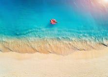 Het satellietbeeld van een jonge vrouw die met de doughnut zwemmen zwemt ring stock fotografie