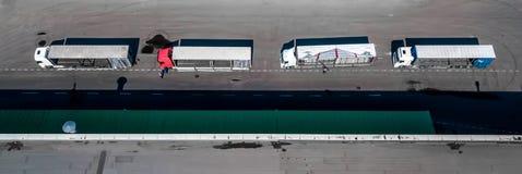 Het satellietbeeld van het logistiekcentrum van hierboven Vrachtwagens bij de lading royalty-vrije stock foto's