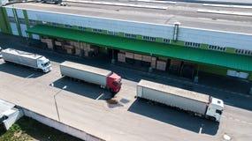 Het satellietbeeld van het logistiekcentrum van hierboven Vrachtwagens bij de lading royalty-vrije stock afbeelding