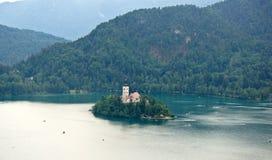 Het satellietbeeld van Meer tapte, Julian Alps-bergen en kerk op het Afgetapte eiland af, Slovenië royalty-vrije stock foto