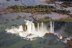 Het satellietbeeld van mooie regenboog boven Iguazu valt de Keelkloof van de Duivel van een helikoptervlucht Brazilië en Argentin royalty-vrije stock foto's