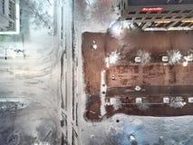 Het satellietbeeld van nachtstad en Siltakatu-straat, de wintercityscape, verwarmde straat en zonder het verwarmen stock afbeelding