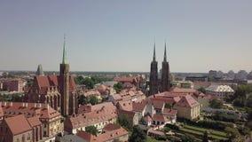 Het satellietbeeld van het oudste, historische deel van Wroclaw riep Ostrow Tumski, Polen stock videobeelden