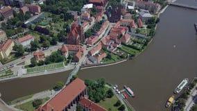 Het satellietbeeld van het oudste, historische deel van Wroclaw riep Ostrow Tumski, Polen stock footage