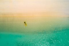 Het satellietbeeld van het slanke vrouw zwemmen op zwemt matras in het transparante turkooise overzees in Seychellen De zomerzeeg royalty-vrije stock fotografie