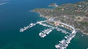Het satellietbeeld van turkooise overzees met jachtjachthaven bij Panagia-baai in Halkidiki Griekenland, beweegt zich vooruit doo stock videobeelden