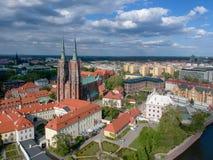Het satellietbeeld van Wroclaw: Ostrow Tumski, Kathedraal van St John de Doopsgezinde en Collegiale Kerk van het Heilige Kruis en stock foto's