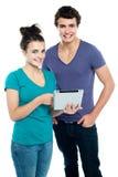 Het savvy het paar van de technologie doorbladeren Stock Foto