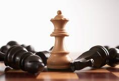 Het schaak de koningin wint het spel Stock Foto