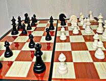 Het schaak is een spel van de lijstlogica met speciale cijfers die aangaande een 64 celraad voor twee rivalen, elementen van kuns Stock Afbeeldingen