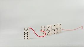 Het schaak stelt bischoppen voor Één dominocijfer vertegenwoordigt de belangrijke verdere punten van het persoonslood in rood sle Stock Foto's