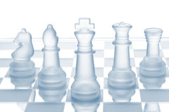 Het schaak van het glas dat op wit wordt geïsoleerdg royalty-vrije stock fotografie