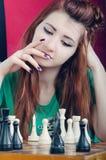 Het schaak van meisjesspelen royalty-vrije stock afbeeldingen