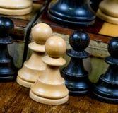 Het schaak verpandt zwart-wit allebei Royalty-vrije Stock Foto
