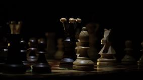 Het schaakbord en het schaak, een mens maken een onzekere beweging door de koning stock video