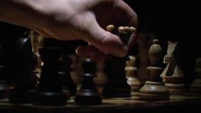 Het schaakbord en het schaak, een mensen` s hand maken een stapkoning stock video