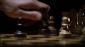 Het schaakbord en het schaak, houten paard maken een beweging stock footage