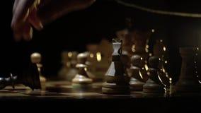 Het schaakbord en het schaak, maken een beweging met een ridder stock footage