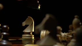 Het schaakbord en het schaak, mensen` s hand maken een beweging stock video
