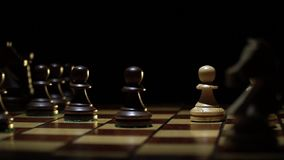 Het schaakbord en het schaak, panden maken een beweging stock videobeelden
