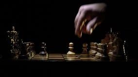 Het schaakbord en het schaak, twee mensen beginnen het spel te spelen stock videobeelden