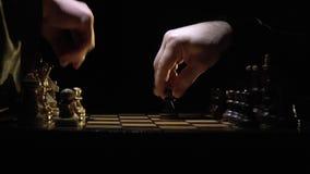 Het schaakbord en het schaak, twee mensen` s handen beginnen met de eerste beweging stock video