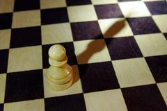 Het schaakpand giet een schaduw zoals een koning Ambitie en dromen royalty-vrije stock fotografie